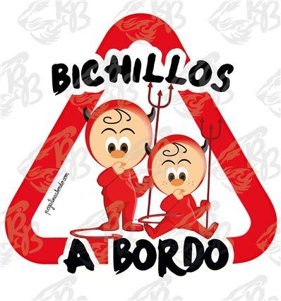 BICHILLOS DIABLILLOS JUNTOS, DE PIE Y SENTADO A BORDO